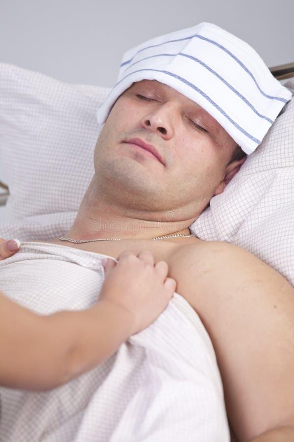Женщина нянча больного человека стоковое фото rf