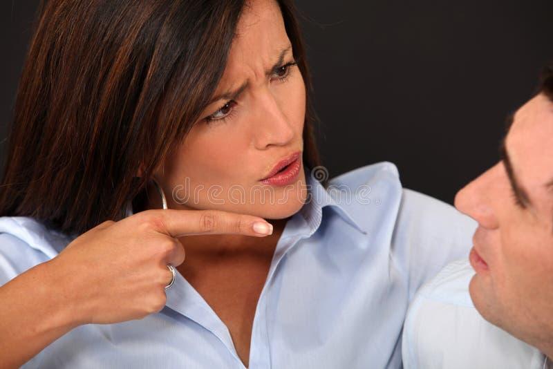 Женщина обвиняя ее супруга стоковое фото