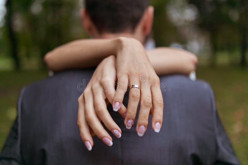 Женщина обнимая человека в парке стоковое изображение