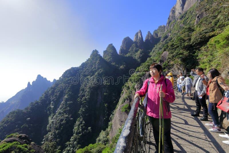 Женщина обозревает sanqingshan гору, саман rgb стоковое фото rf