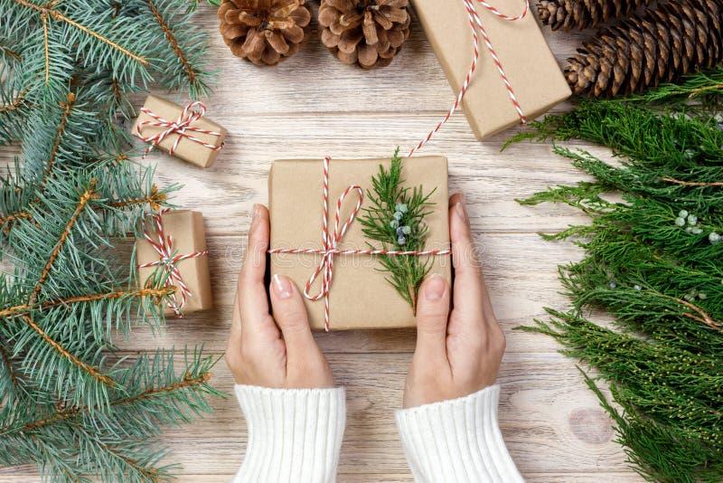 Женщина оборачивая современные настоящие моменты подарков рождества дома стоковые изображения