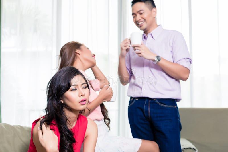 Женщина обращая внимание ее друзья говоря совместно стоковое фото rf