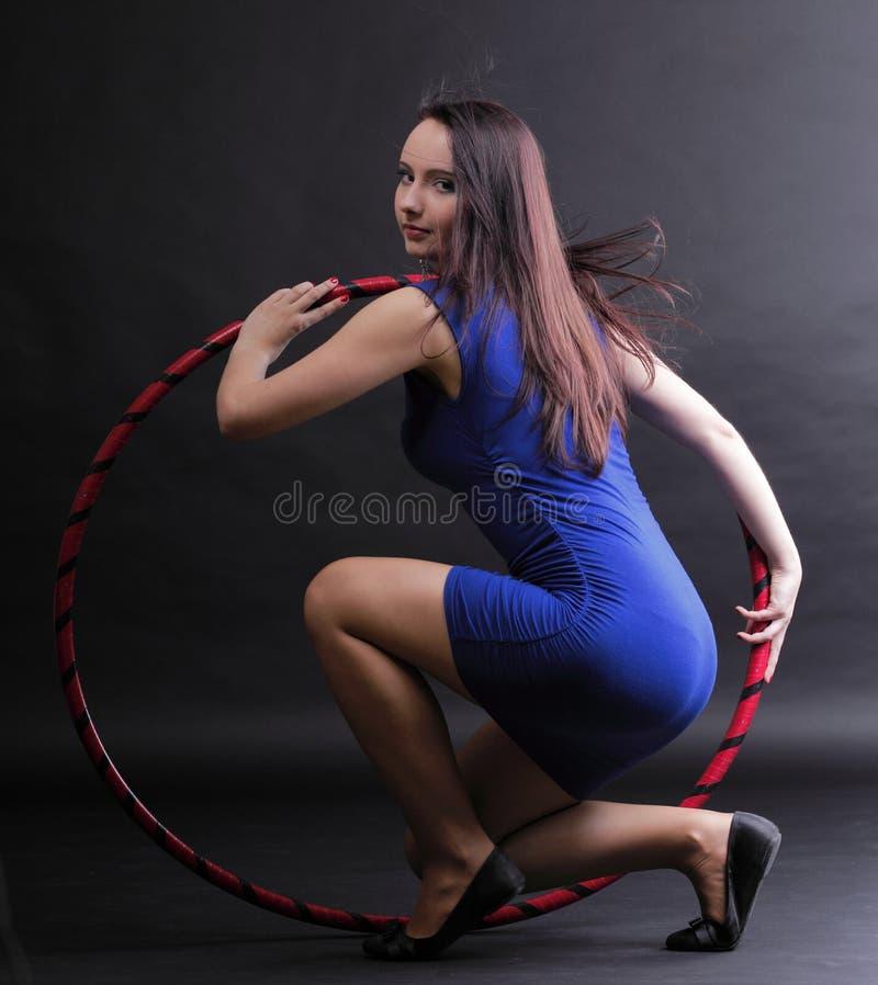 Download Женщина обруча танца красивая в сини Стоковое Фото - изображение насчитывающей внимательность, танцулька: 33734706