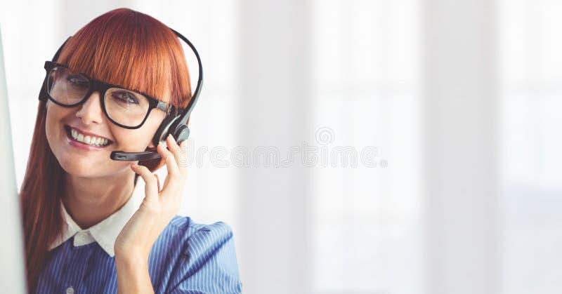 Женщина обслуживания клиента с яркой предпосылкой в центре телефонного обслуживания стоковые фотографии rf