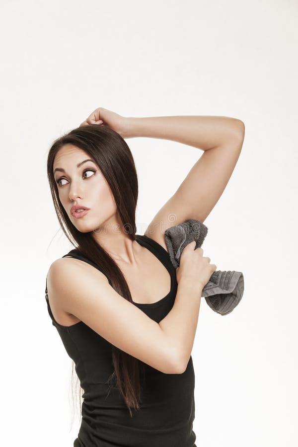 Женщина обтирая ее underarm делает ямки с полотенцем стоковые фотографии rf