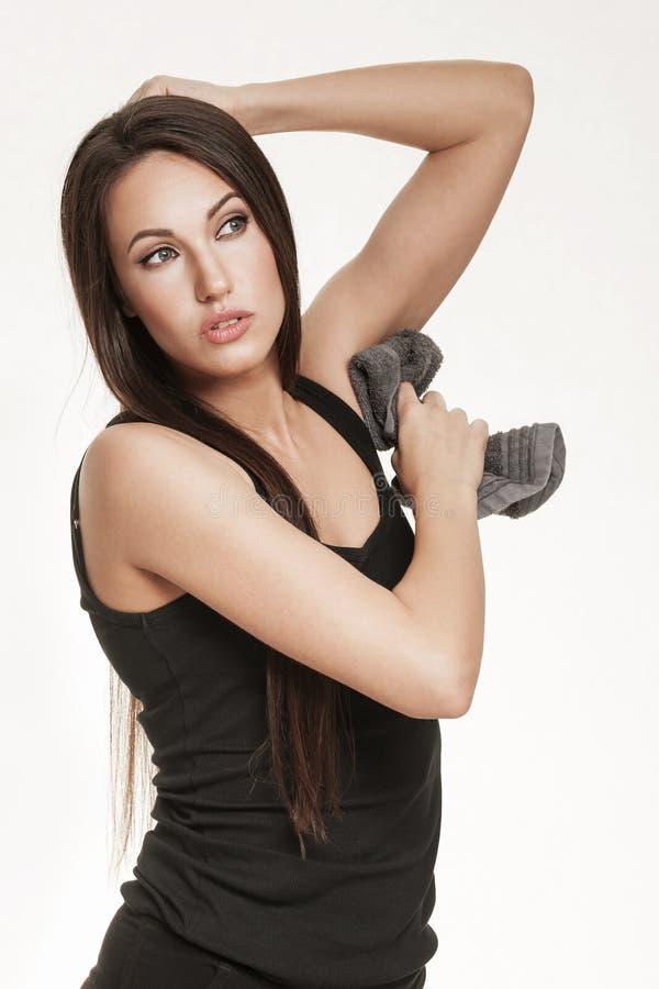 Женщина обтирая ее underarm делает ямки с полотенцем стоковая фотография rf