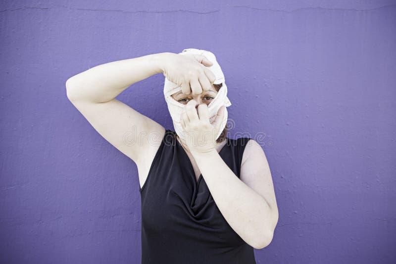 Женщина общипывая диапазон стоковые фото