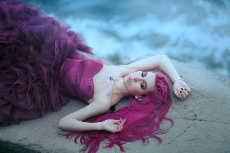 Женщина около туманного моря стоковые изображения
