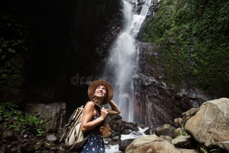 Женщина около waterfal на Бали, Индонезии стоковая фотография