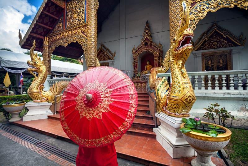Женщина около виска в Таиланде стоковые фотографии rf
