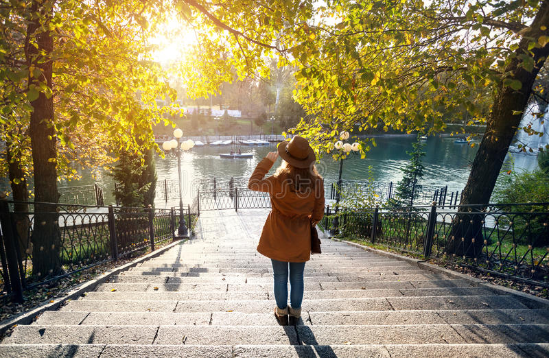Женщина около озера на парке осени стоковые фото