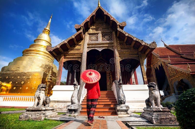 Женщина около старого виска в Таиланде стоковая фотография