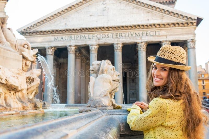 Женщина около фонтана пантеона в Риме стоковое фото