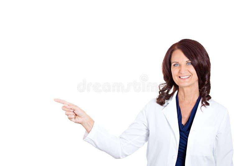 Женщина доктора представляя и показывая космос экземпляра стоковые фотографии rf