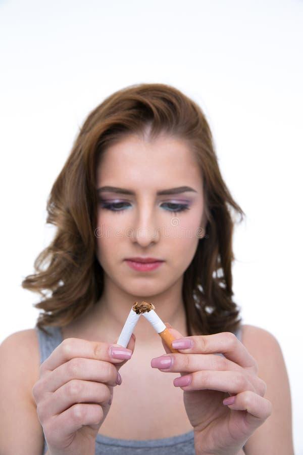 Женщина ломая сигарету и для некурящих концепцию стоковое изображение rf