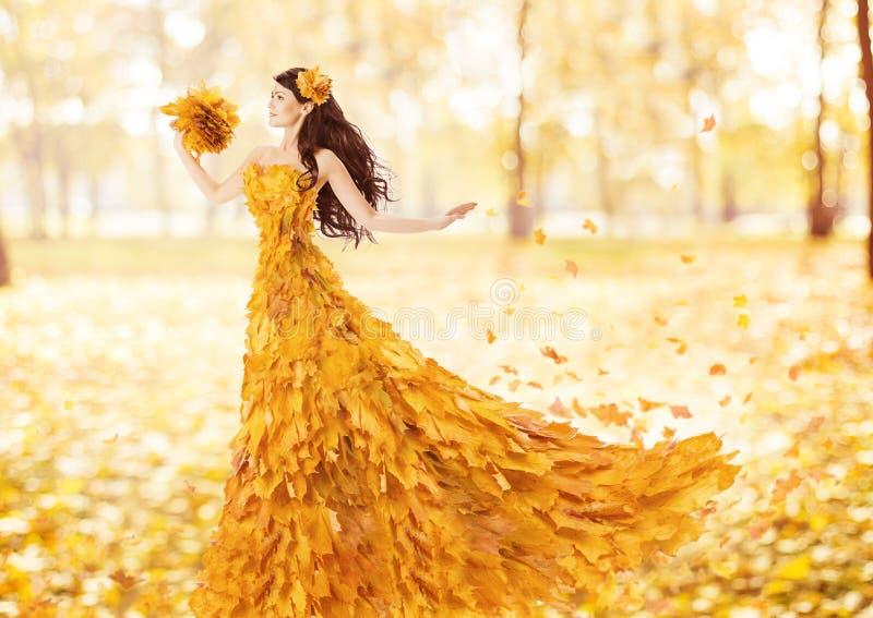 Женщина осени в платье моды кленовых листов падения стоковые фотографии rf