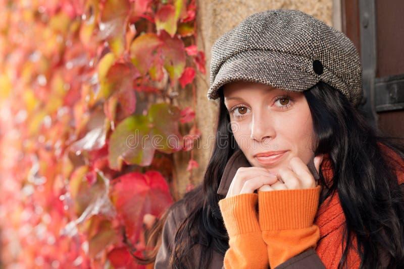 женщина осени красивейшая выходит модельный портрет стоковое фото