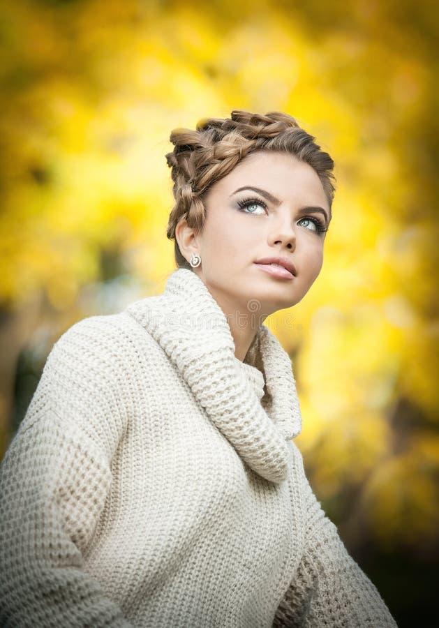 Женщина осени. Красивые творческие состав и прическа в внешнем всходе. Девушка фотомодели красоты с осенним составляет и волосы стоковые изображения