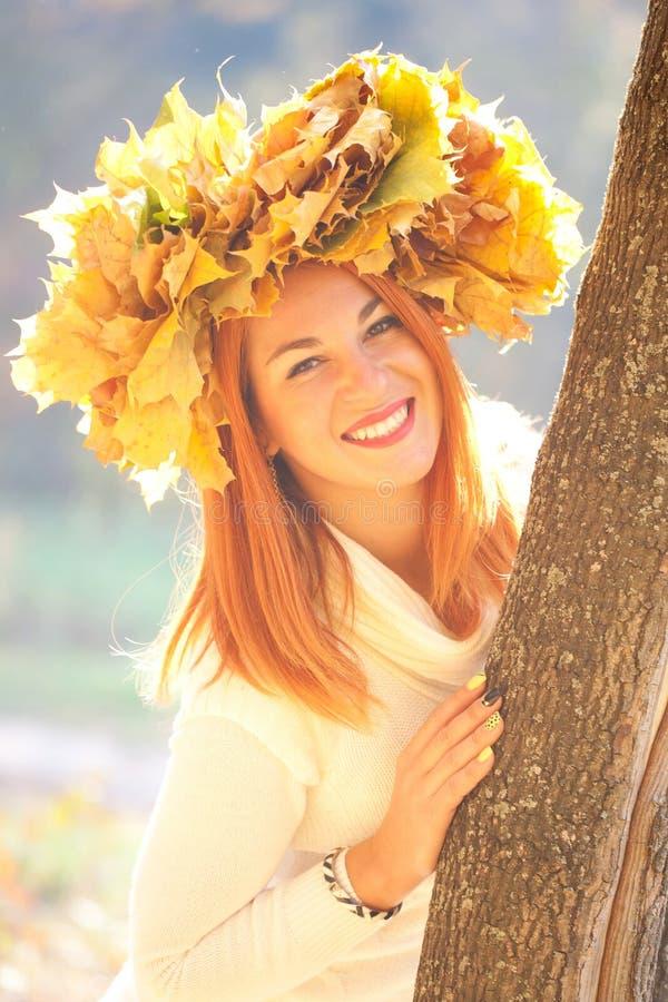Женщина осени с кроной листьев стоковая фотография rf