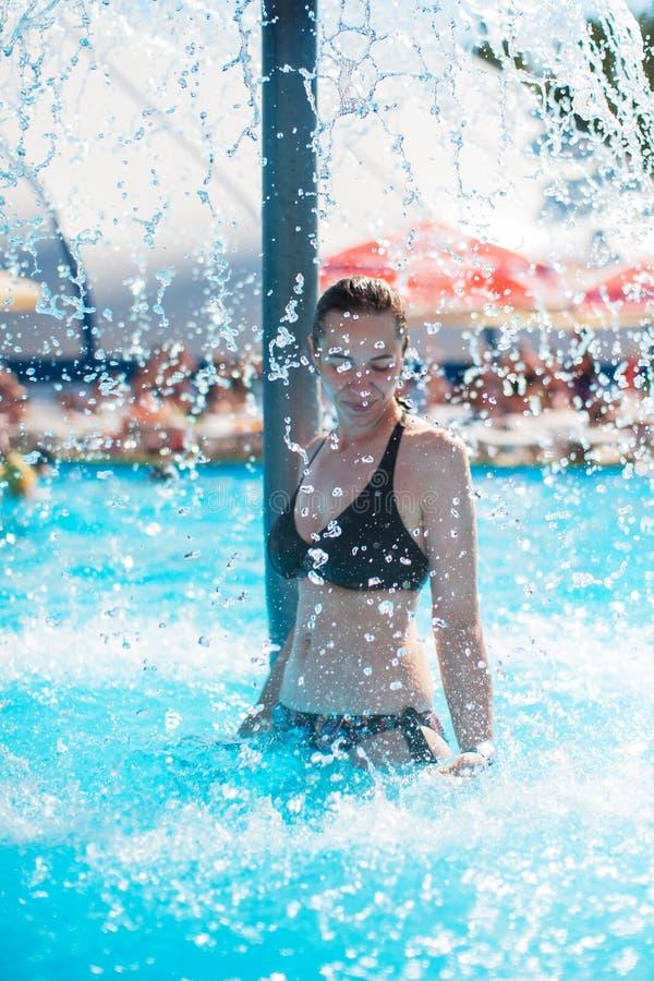 Женщина ослабляя бассейном стоковые изображения