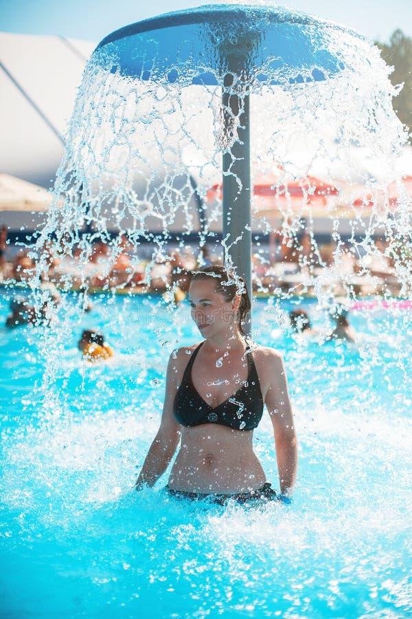 Женщина ослабляя бассейном стоковые изображения rf