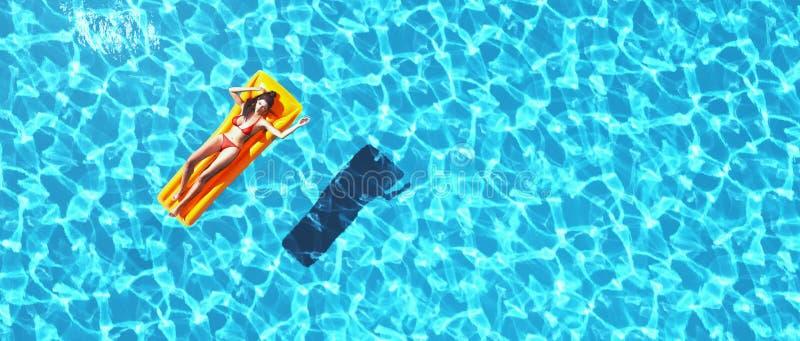 Женщина ослабляя в бассейне бесплатная иллюстрация