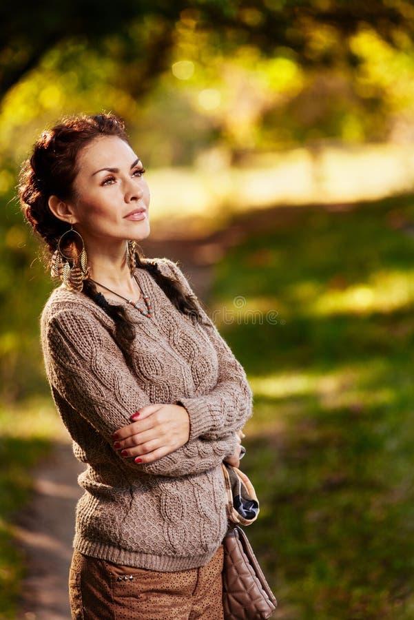 Женщина ослабляя в саде стоковые изображения