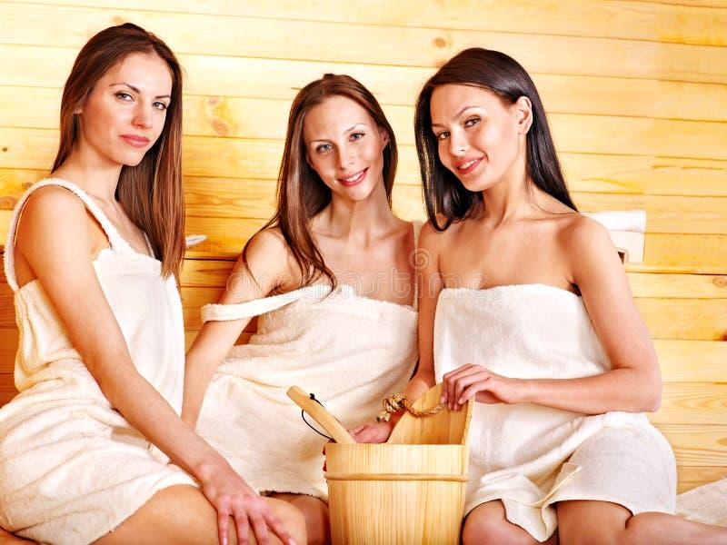 Женщина ослабляя в sauna. стоковое изображение rf