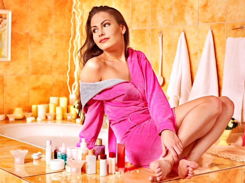 Женщина ослабляя на дому ванну. стоковые фотографии rf