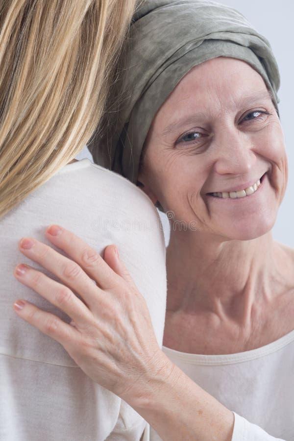 Женщина оставаясь счастливый в грубом заболевании стоковое изображение rf