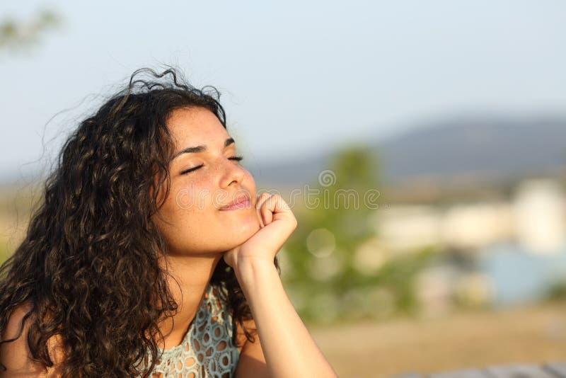 Женщина ослабляя в парке тепла стоковое изображение rf