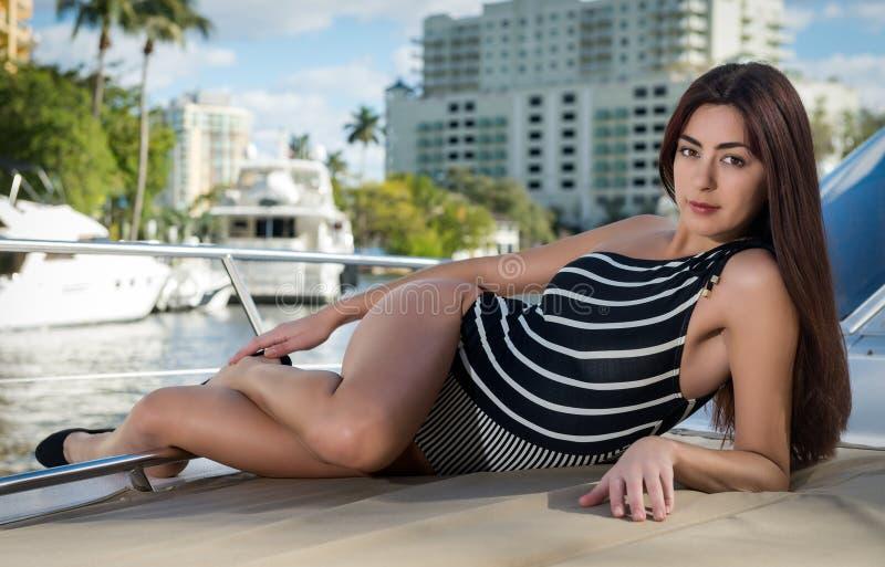 Женщина ослабляя в шлюпочной палуба стоковое фото rf