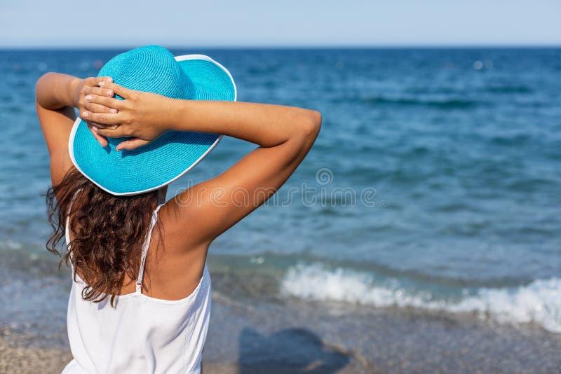 Женщина ослабляя на взморье стоковая фотография rf