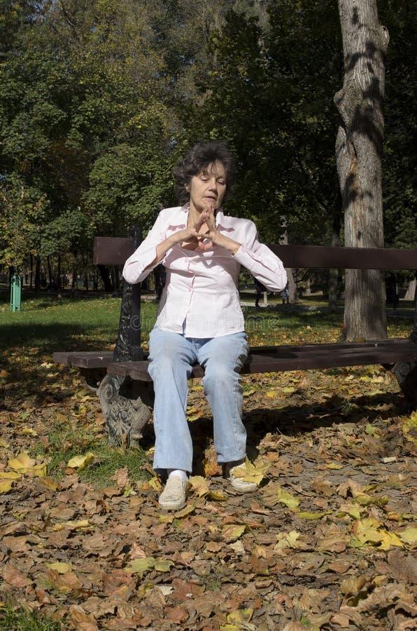 Женщина ослабляя на стенде в осени стоковые фото