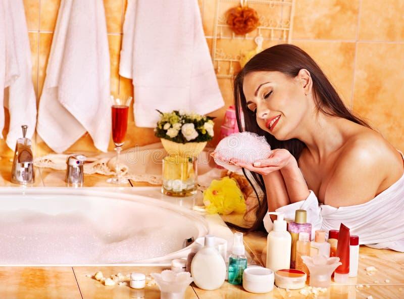 Женщина ослабляя дома ванну. стоковые фотографии rf