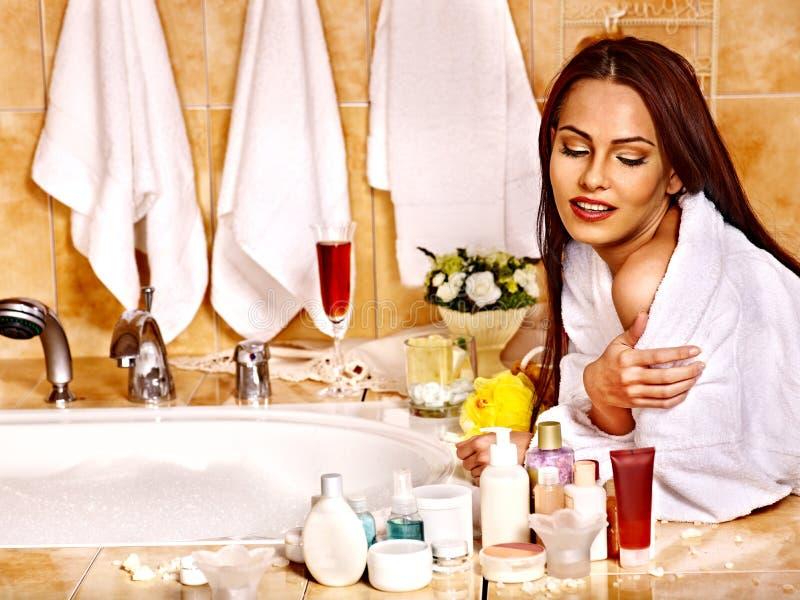 Женщина ослабляя дома ванну. стоковое фото