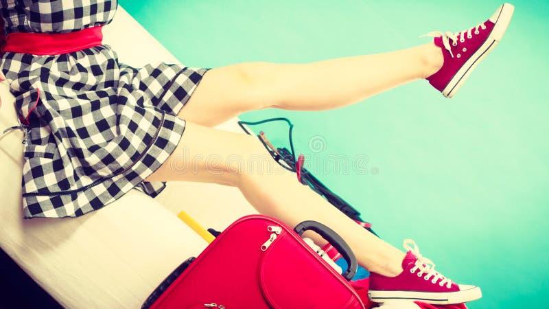 Женщина ослабляя после паковать чемодан на каникулы стоковая фотография