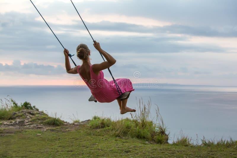 Женщина отбрасывая на качании на тропическом острове стоковые фотографии rf