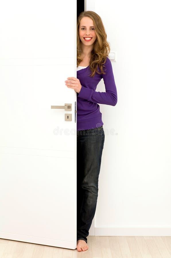 женщина отверстия двери стоковое фото rf