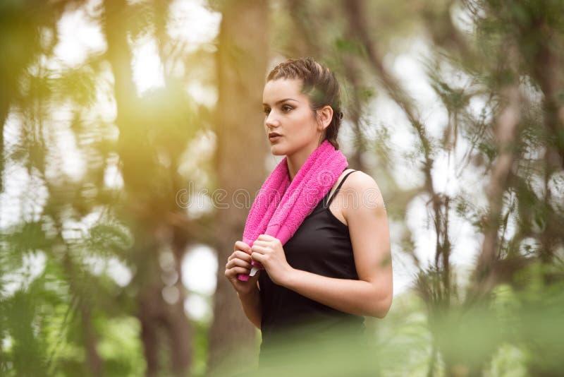 Женщина отдыхая после делать резвится outdoors стоковые изображения