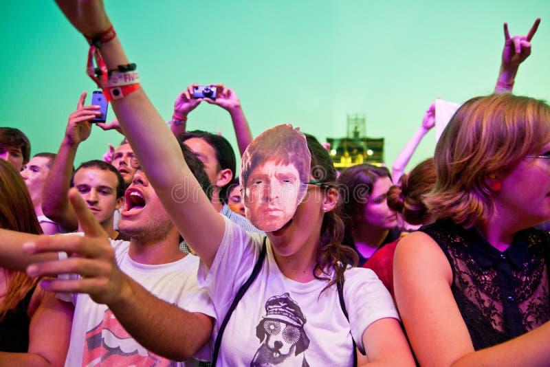 Женщина от толпы с маской Noel Gallagher (оазиса) на фестивале 2013 FIB (Фестиваля Internacional de Benicassim) стоковое фото