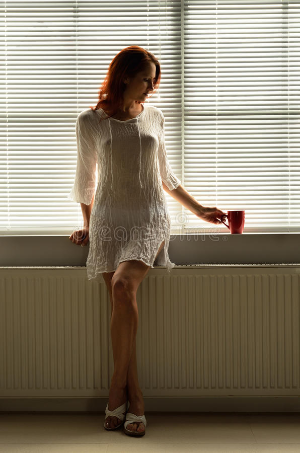Женщина отдыхая дома стоковые изображения rf