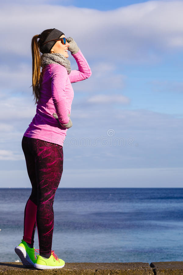 Женщина отдыхая после делать резвится outdoors на холодный день стоковое изображение