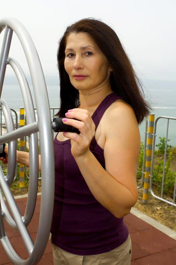 Женщина отдыхая после тренировок Outdoors стоковое фото