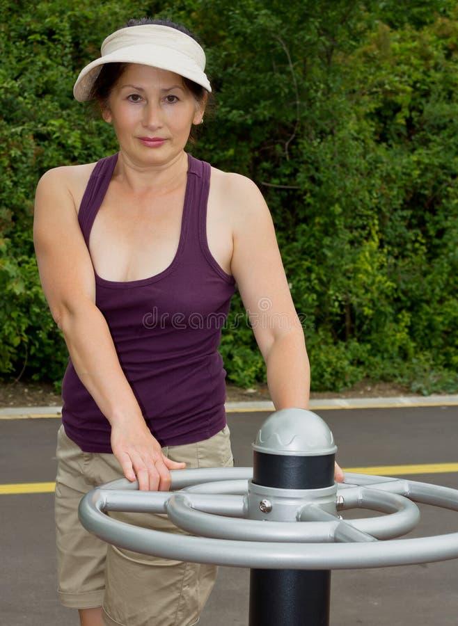 Женщина отдыхая после тренировок Outdoors стоковая фотография