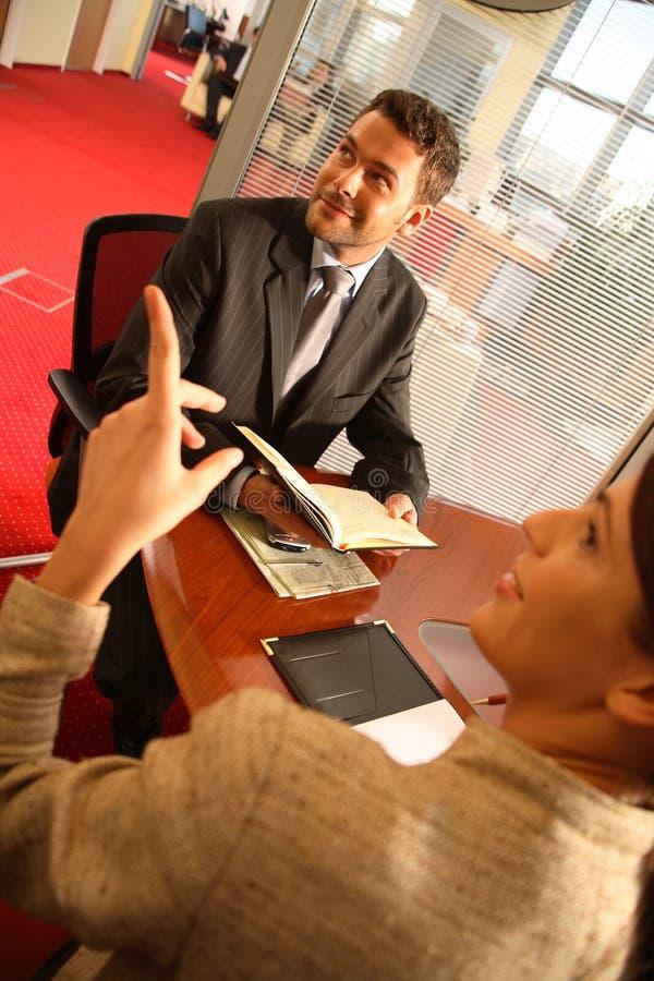 женщина офиса бизнесмена говоря стоковые изображения rf