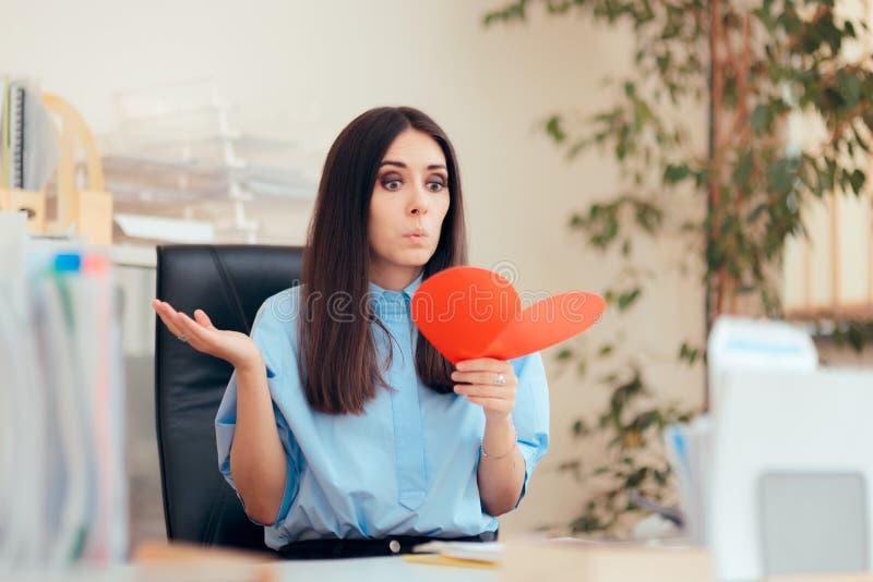 Женщина офиса получая карту Валентайн от секретного почитателя стоковые фото