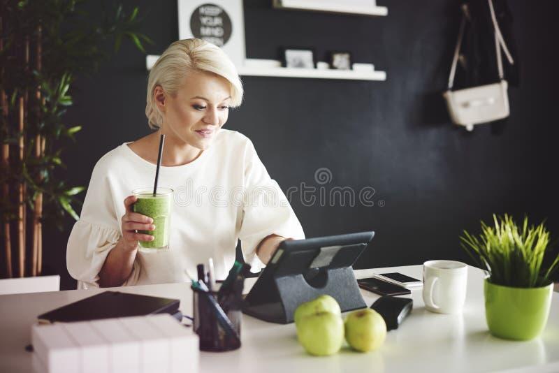 женщина офиса предпосылки белокурая изолированная белая стоковое изображение rf