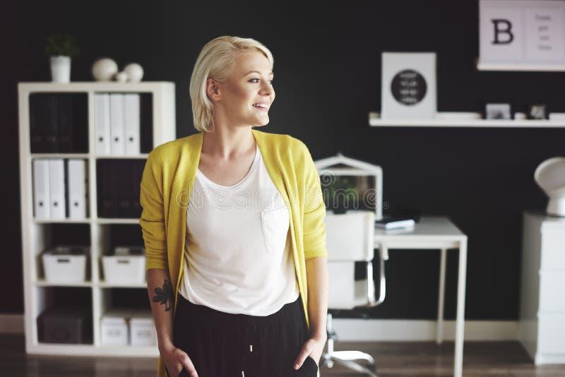 женщина офиса предпосылки белокурая изолированная белая стоковая фотография