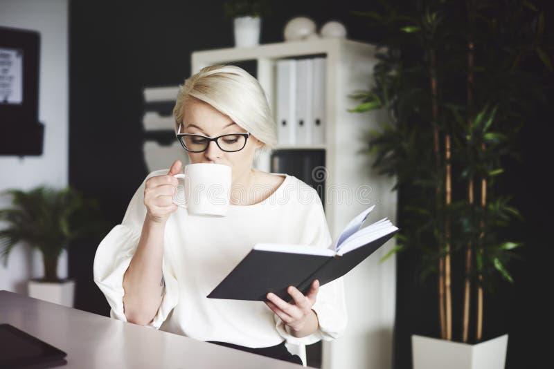 женщина офиса предпосылки белокурая изолированная белая стоковое фото